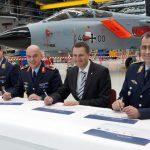 Die feierliche Unterzeichnung der Urkunde zur Indienststellung der Tornado Kooperation Zelle. (Quelle: Luftwaffe/Susanne Hähnel)