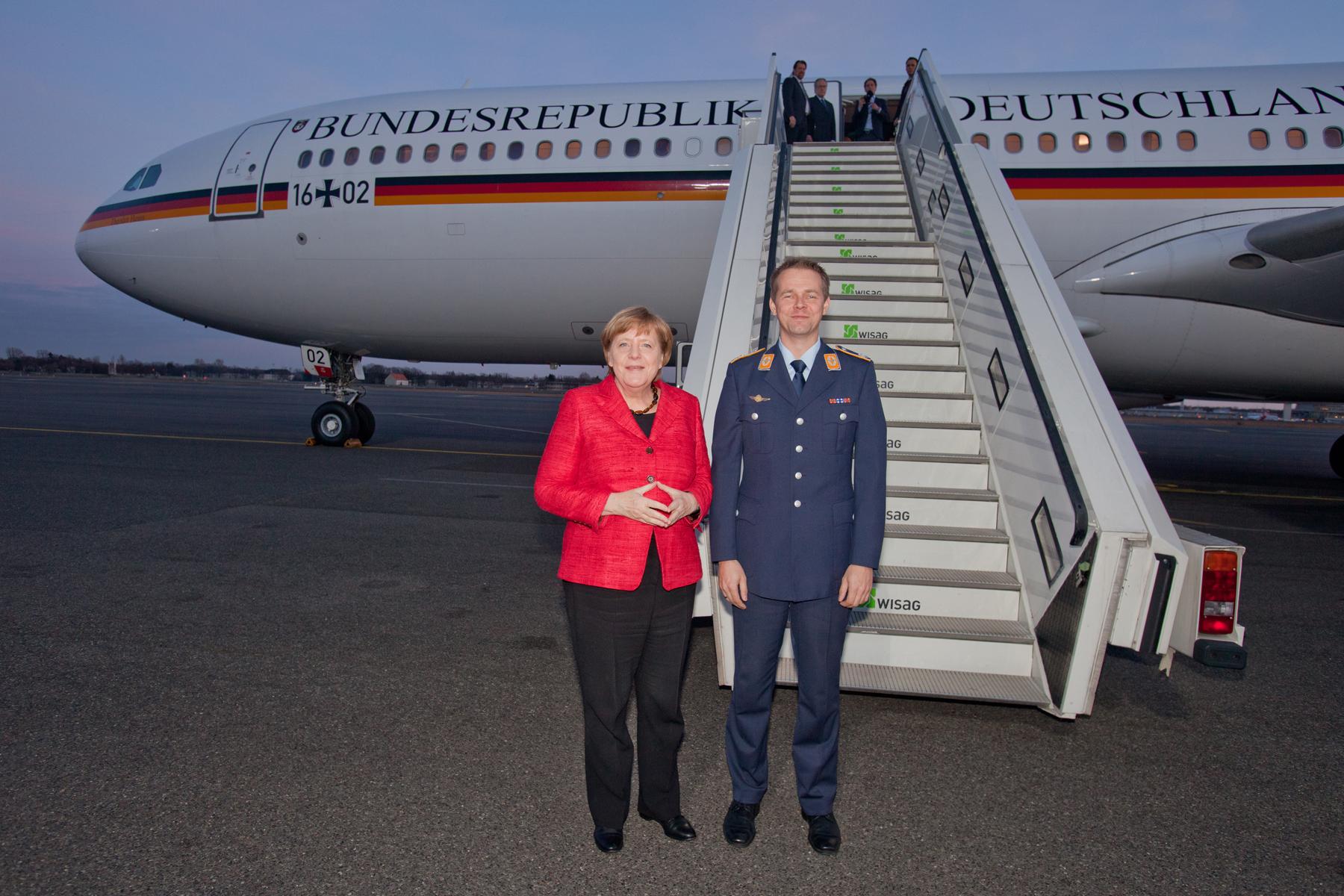 Kanzlerin Angela Merkel beim Empfang am A340 der Flugbereitschaft BMVg in Berlin Tegel am 16.03.2017.
