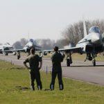 Techniker warten schon auf die zurückehrenden Eurofighter. (Quelle: Luftwaffe/Ulrich Metternich)