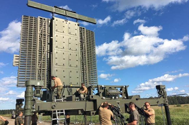 Das verlegefähige Radar im Aufbau. Mit vereinten Kräften ist die Anlage innerhalb weniger Stunden einsatzbereit. (Quelle: Luftwaffe/Andreas Remmel )