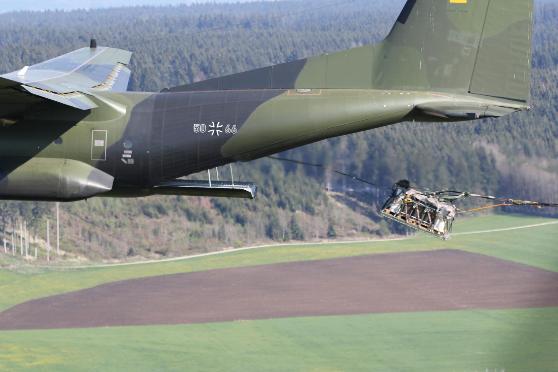 Die Last im freien Fall, Sekundenbruchteile nachdem sie den Ladungsraum der Transall verlassen hat. (Quelle: Luftwaffe/Uwe Lenke)