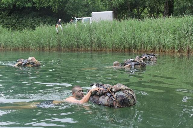 Schwimmend müssen die Männer mit ihrem Zeltbahnpaket die 200 Meter zurücklegen. (Quelle: Luftwaffe/Kevin Ullrich)