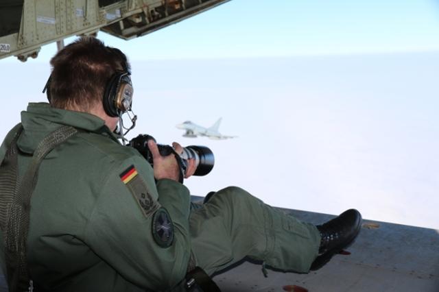 Oberstleutnant d.R Stefan Petersen wertet die ersten Fotos gleich vor Ort aus. (Quelle: Luftwaffe/Alexander Peters)