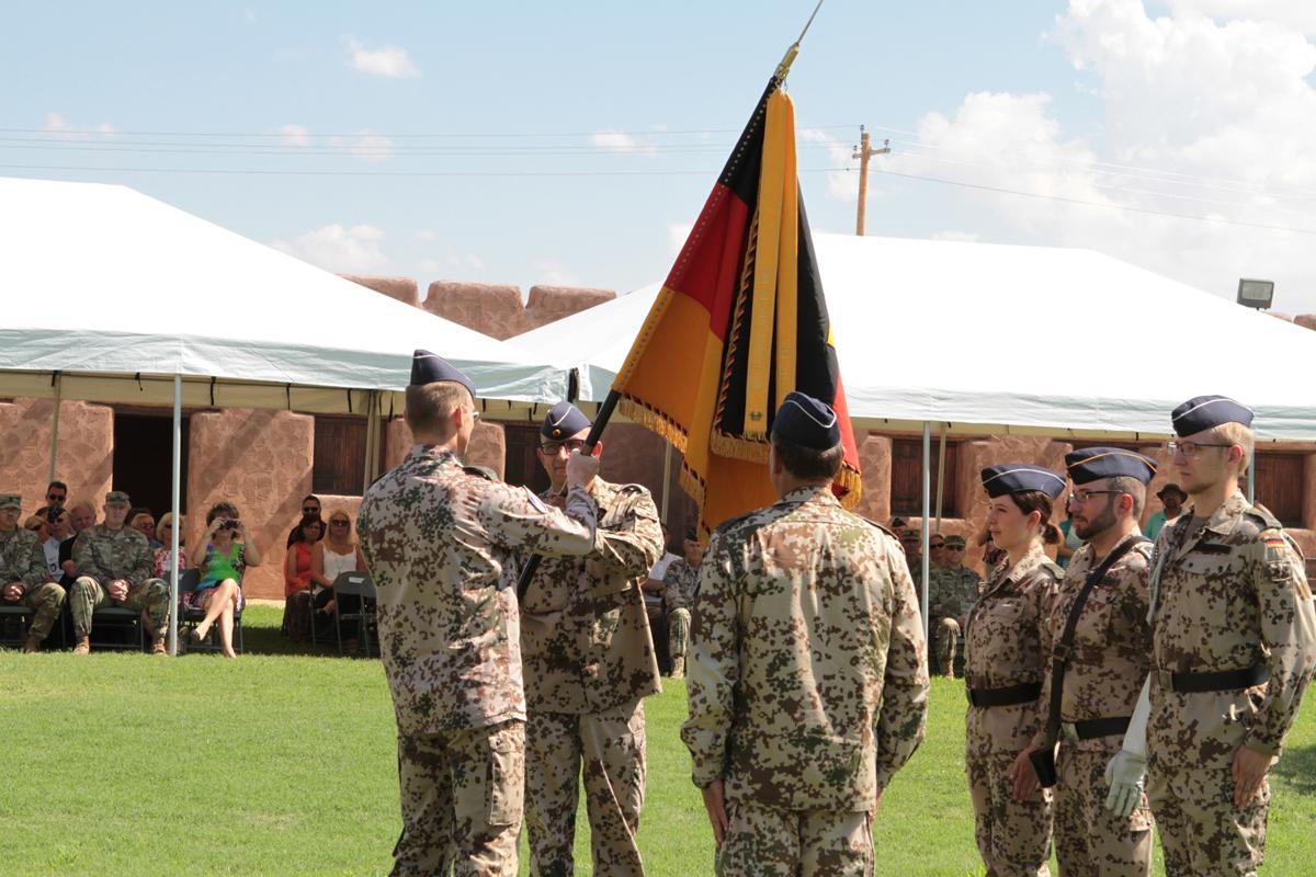 Die Übergabe der Truppenfahne und damit das Kommando an Oberstleutnant Herter (Foto: SU Dominic Austen)
