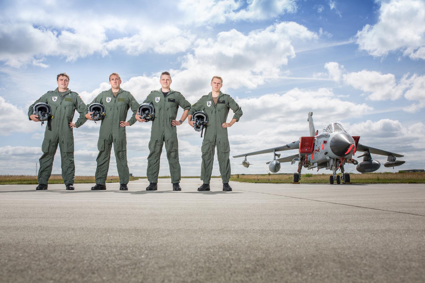 Die Flugschüler der 4.Staffel vor einem Tornado. (Quelle: Luftwaffe/Oliver Pieper)