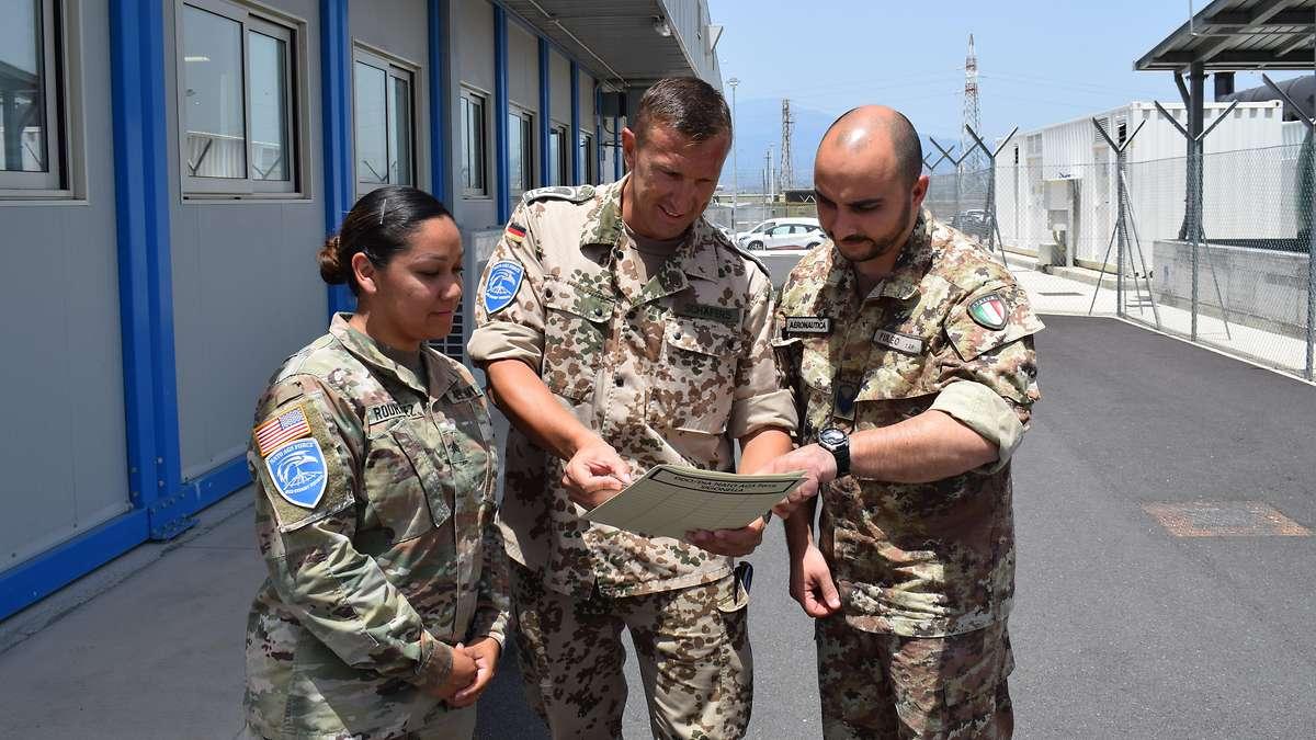 Die Zusammenarbeit verschiedener Nationen ist in der NATONorth Atlantic Treaty Organization Alltag.  Bundeswehr/Falk Plankenhorn