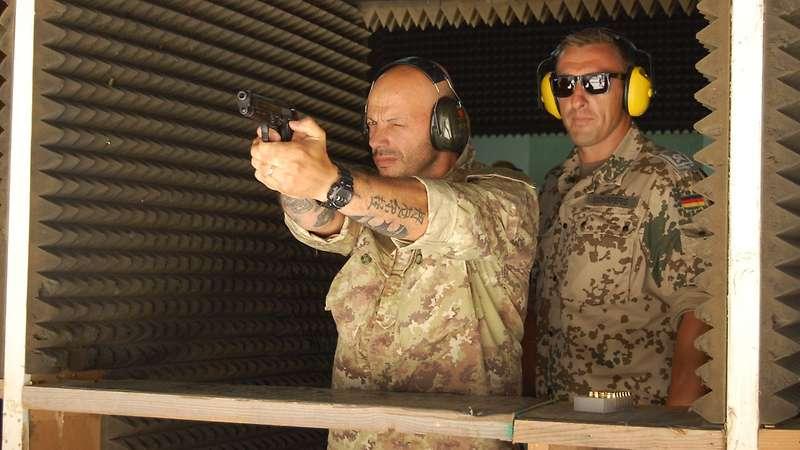 Schießen für das Leistungsabzeichen: Björn Schäfers mit einem italienischen Kameraden.  Italian Air Force/Paolo Russo