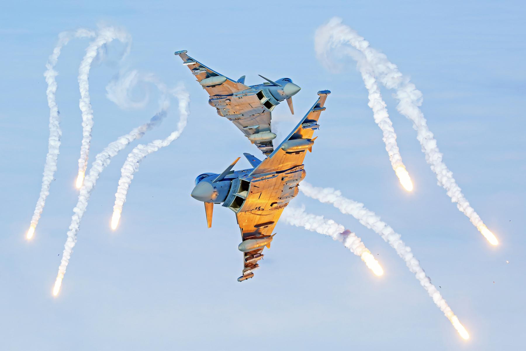 Eurofighter werfen Täuschkörper (Flares) über der Ostsee ab. (Quelle: Luftwaffe/Stefan Petersen)